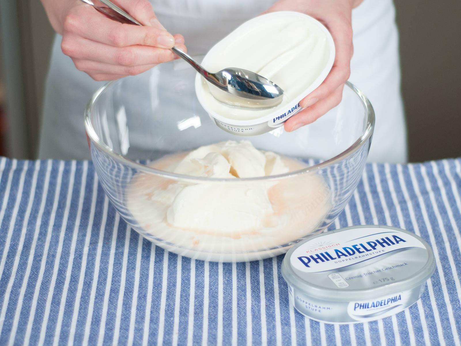 Frischkäse und Joghurt in einer großen Schüssel vermengen bis eine glatte Masse entsteht. Gelatinemasse in die Frischkäsemixtur geben. Umrühren bis sich eine homogene Masse gebildet hat.