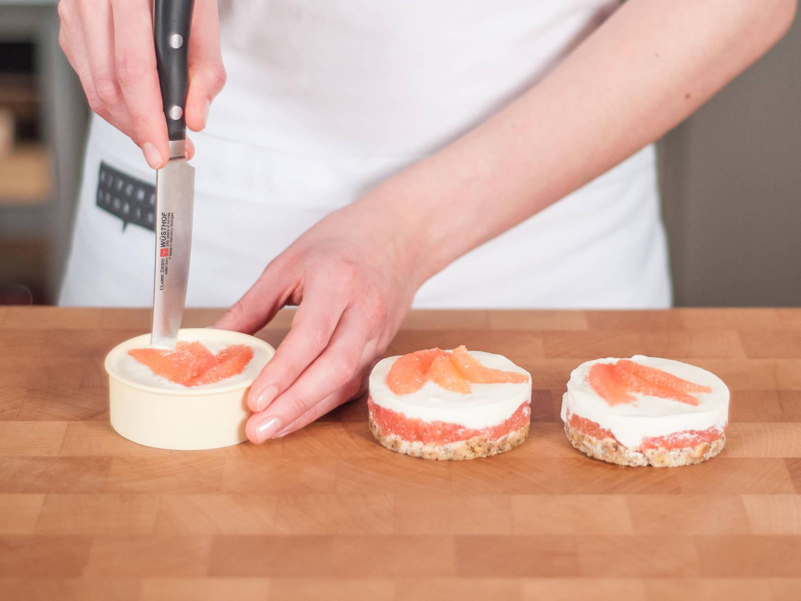 Kuchen mit den übrigen Grapefruitscheiben garnieren. Backformen in den Kühlschrank stellen und ca. 2 h ruhen lassen. Formen aus dem Kühlschrank nehmen und  Küchlein mit einem Messer vom Rand lösen. Zum Servieren den Backformboden nach oben schieben und den Kuchen aus der Form nehmen.Vorsichtig die Backformböden entfernen und auf einem Teller servieren.