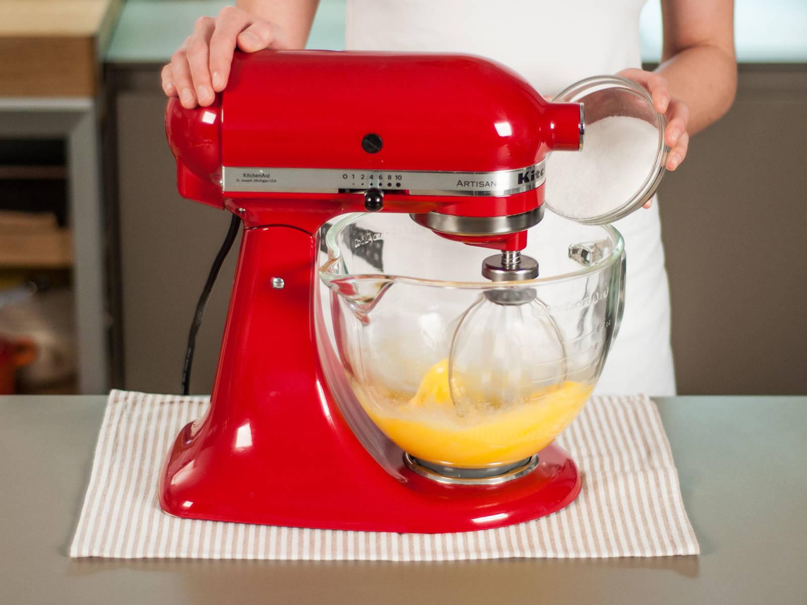 预热烤箱至180摄氏度。将鸡蛋与一半糖放入立式搅拌机,搅拌至起泡。