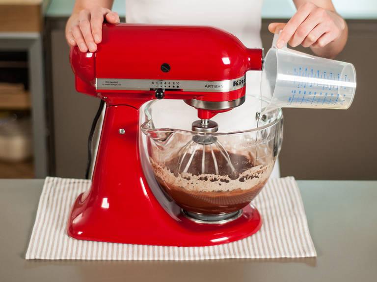 Mit einem gleichmäßigen Strahl, langsam das Öl zum Teig gießen, dabei konstant rühren. Weiter für ca. 1 – 2 Min. umrühren bis alles gut aufgeschlagen ist.