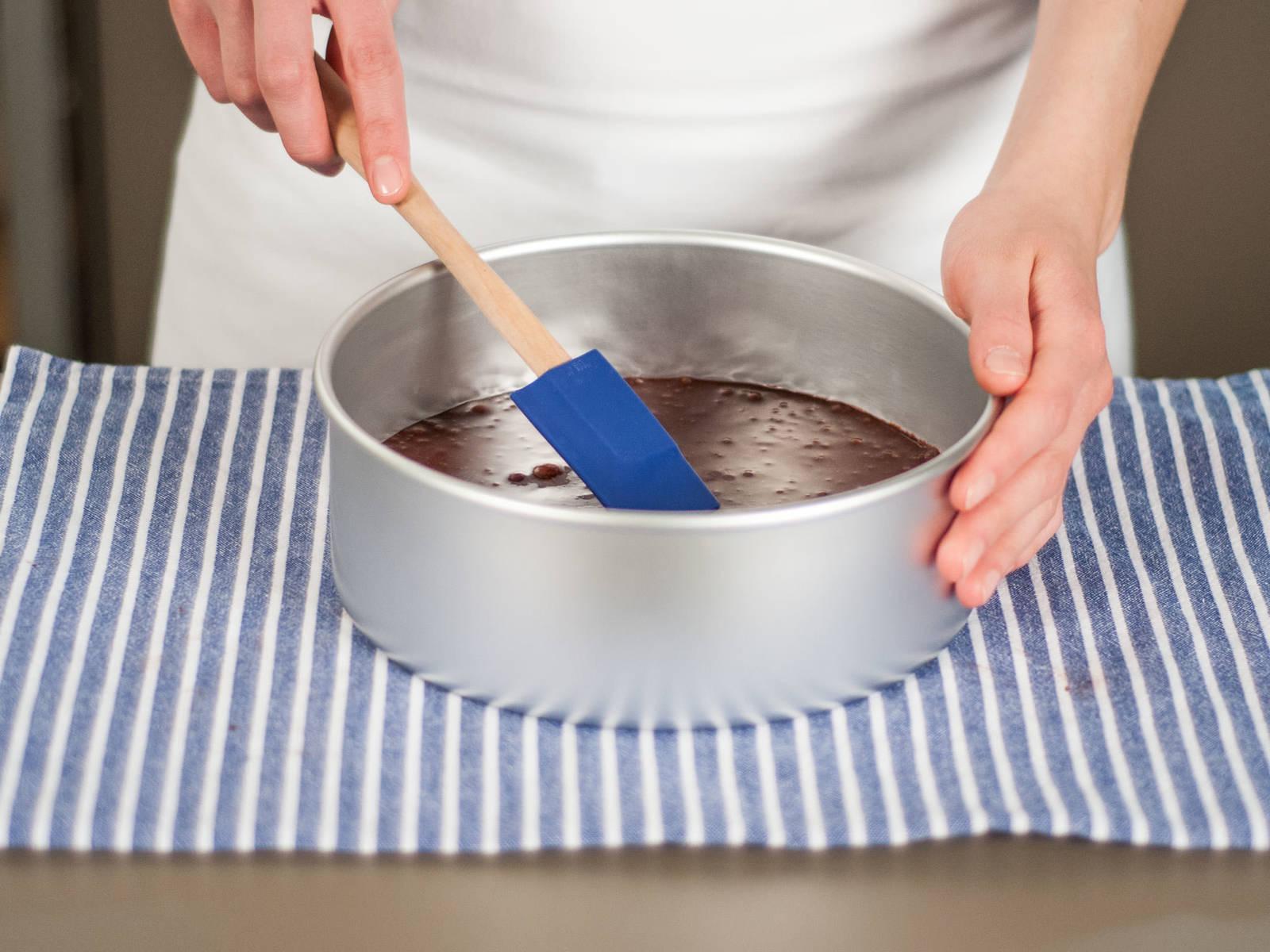 将混合物倒入圆形烤模中,放入预热好的烤箱中用180度烘烤15-20分钟,插入牙签后,牙签上无附着物时烤制完成。