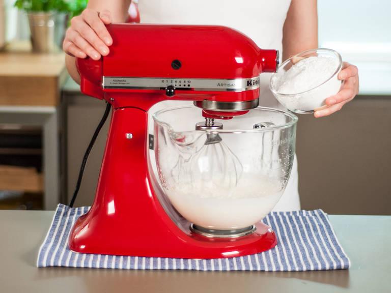 Sahne fast steif aufschlagen. Dann Puderzucker hinzugeben und weiter ca. 1 Min.  aufschlagen bis diese steif ist.