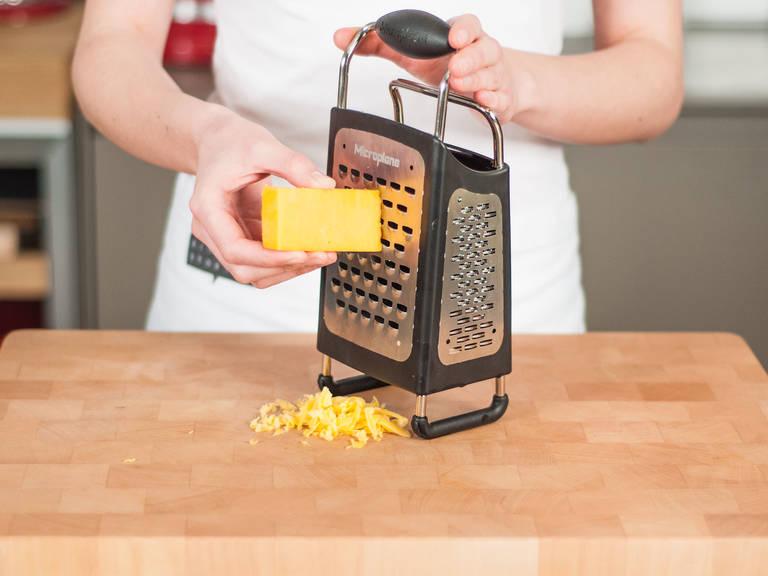 用奶酪擦将奶酪擦碎。
