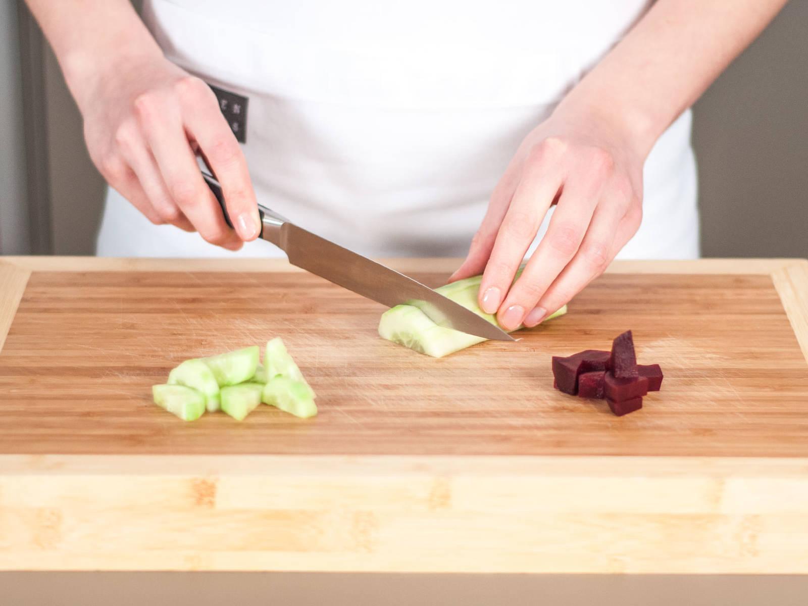 将黄瓜去皮切片。红甜菜切丁。