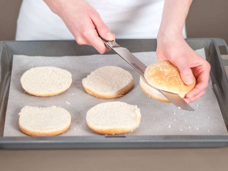 Burger Brötchen halbieren und auf ein mit Backpapier ausgelegtes Backblech legen. Im vorgeheizten Backofen bei 200°C für ca. 4 – 6 Min. rösten.