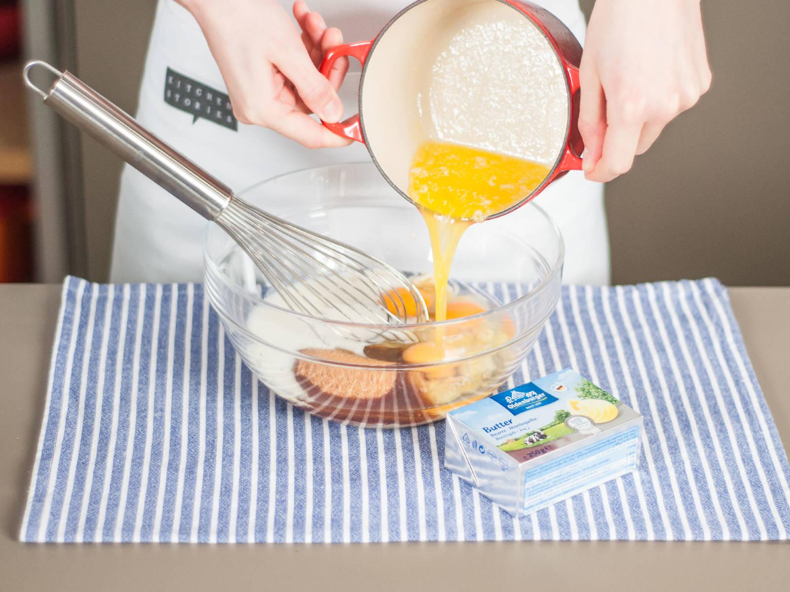 向碗中加入鸡蛋、红糖、酪乳和融化的黄油,搅拌均匀。