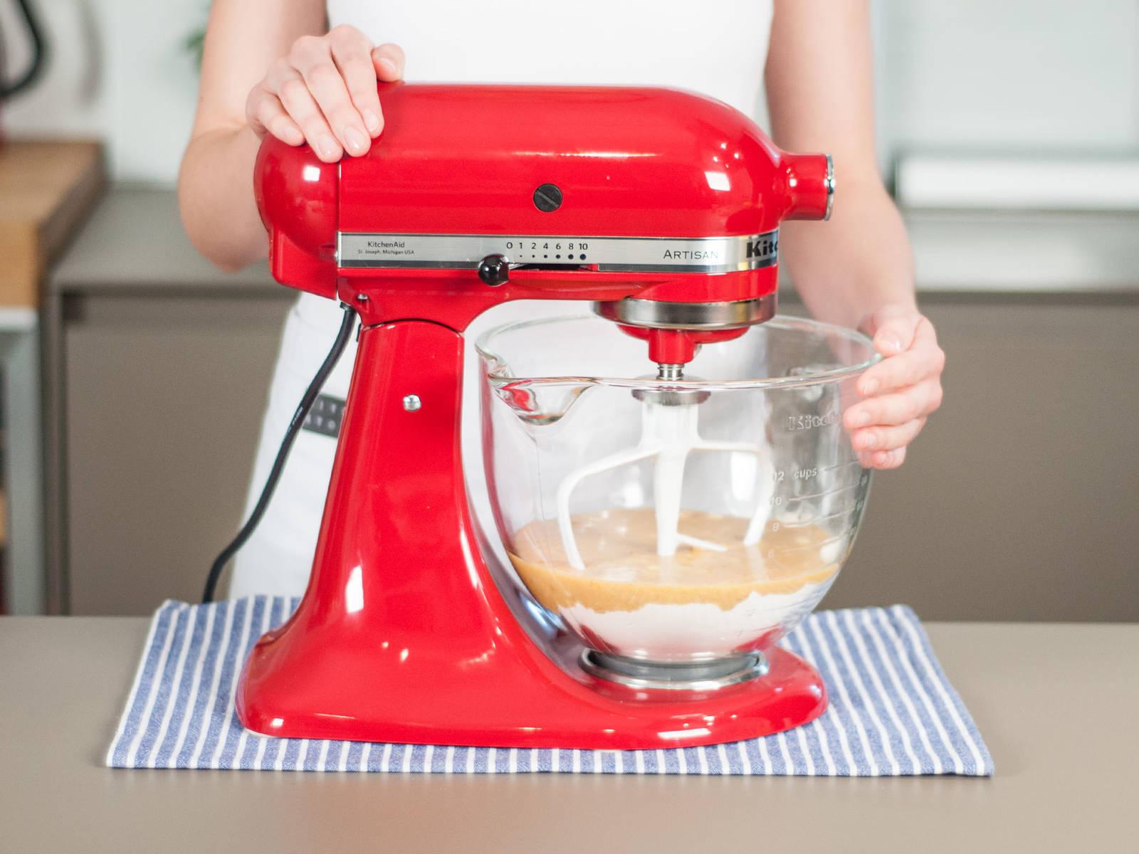 将鸡蛋乳酪混合物加入搅拌机,搅拌均匀。