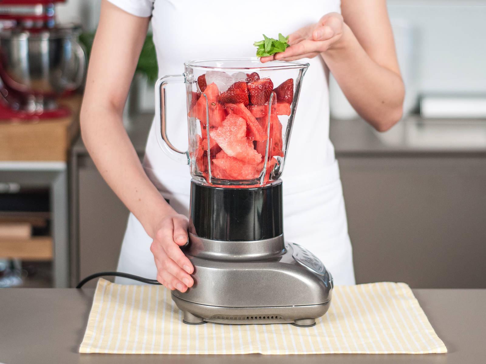 将草莓、西瓜、酸橙汁、冰块和薄荷叶加入搅拌机,搅拌2 - 3 分钟至柔滑即可享用。