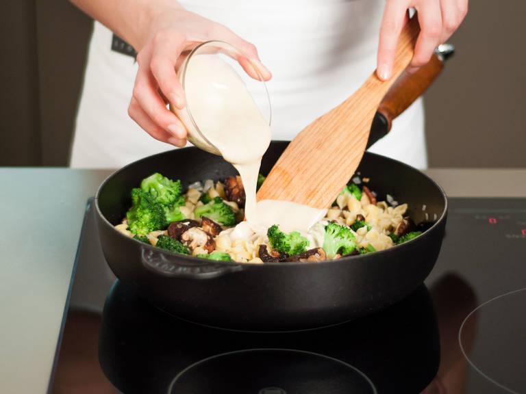Soße in die Pfanne geben. Gut umrühren, um alles gut miteinander zu verbinden, und danach für ca. 1 – 2 Min. anbraten, bis alles heiß ist.