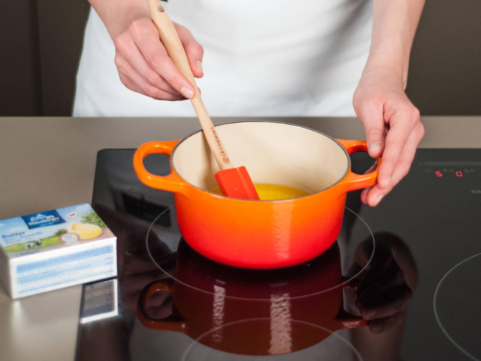 In einem kleinen Topf Butter schmelzen.