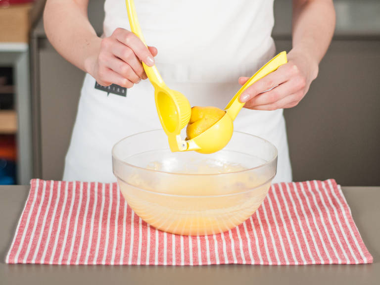 停止加热,并向碗中加入塔巴斯科辣酱、盐、胡椒粉和柠檬汁调味,将酱汁搅拌至柔滑。