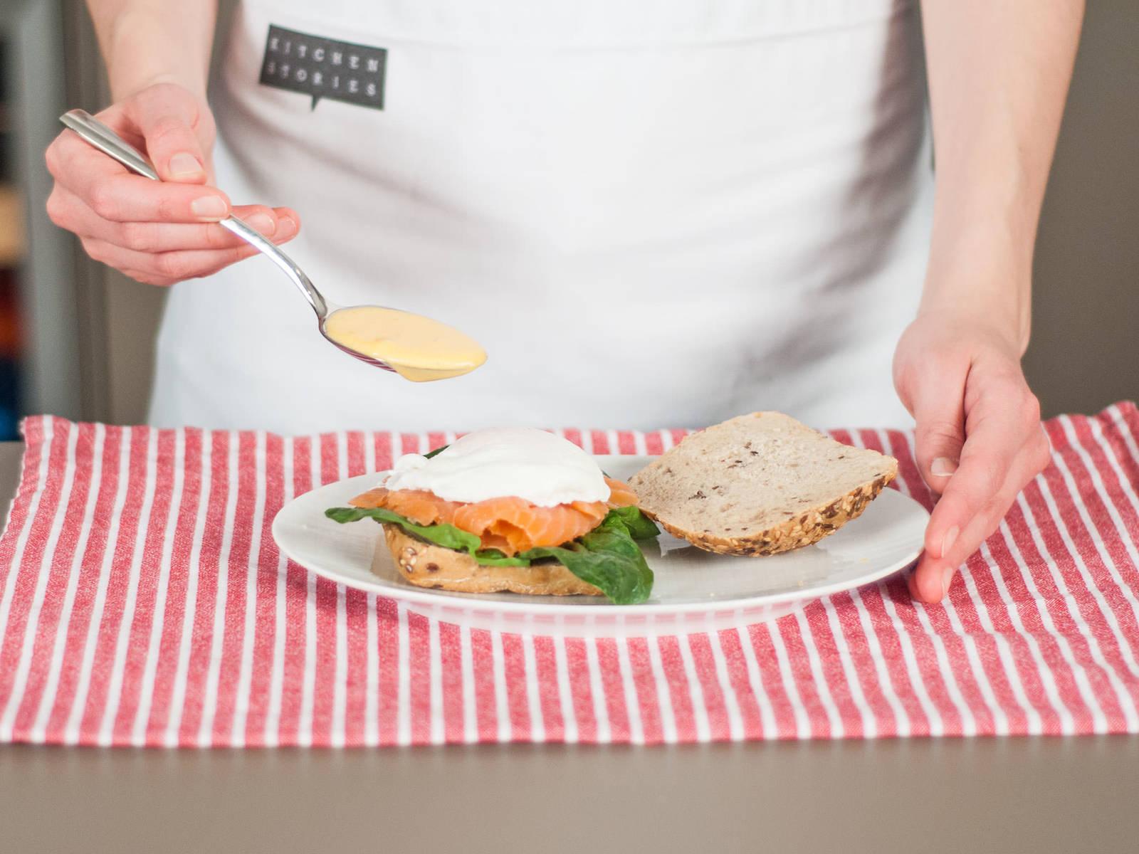 Brötchen halbieren. Beide Seiten mit einem Klecks Hollandaise bestreichen. Brötchen mit Spinat, Lachs und Ei belegen. Zum Schluss mit Hollandaise beträufeln. Guten Appetit!