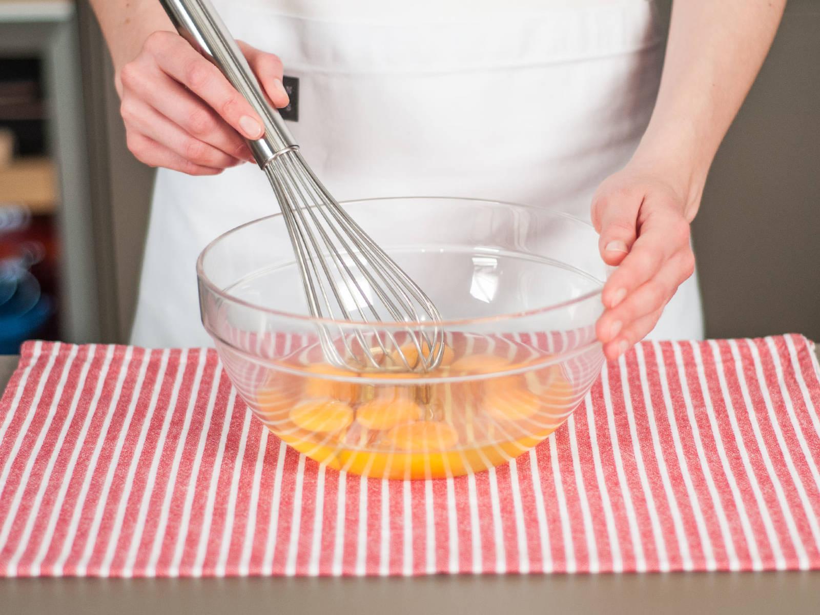将鸡蛋打入大碗中,搅打均匀,加盐和胡椒粉调味后备用。