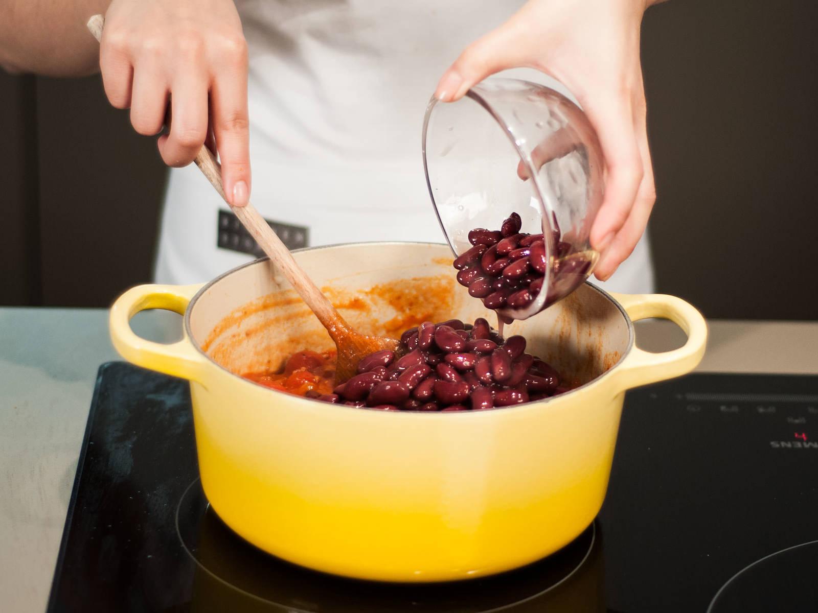 加入罐装番茄、甜玉米与红豆,并搅拌均匀。