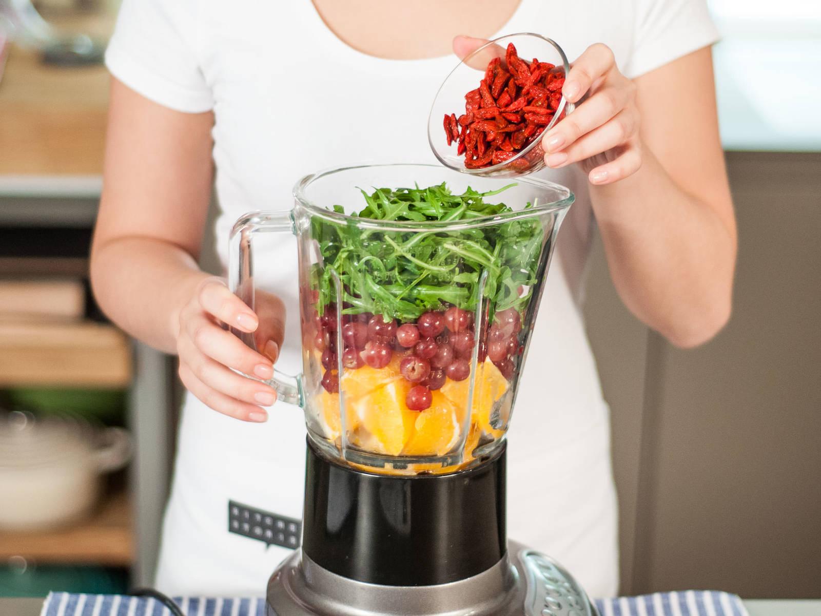 将香蕉、橙子、葡萄、芝麻菜、水、冰块和枸杞放入搅拌机中,高速搅拌1–2分钟至顺滑。可根据个人口味加入适量蜂蜜,以增加甜度。可作为零食或早餐享用!
