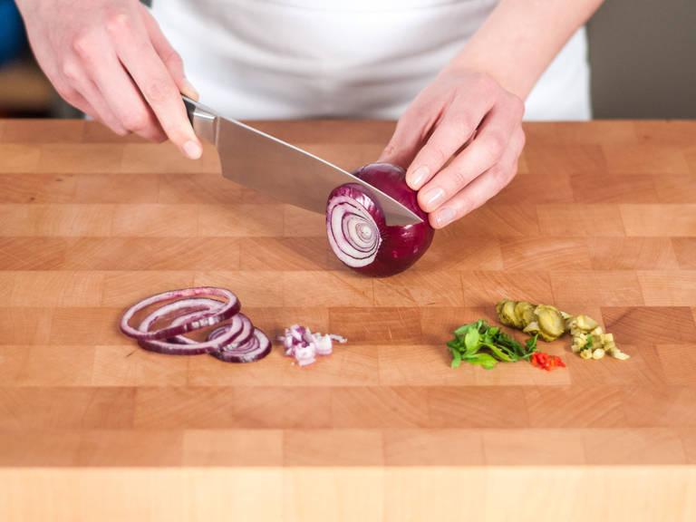 将酸黄瓜切碎并保留酸菜水。将红辣椒、欧芹与香葱切碎,洋葱切成细圈。