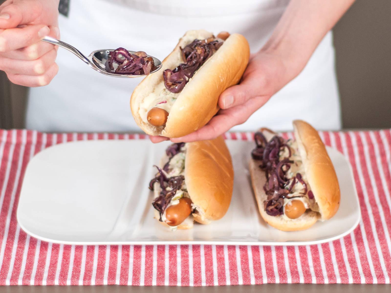 将蛋黄酱与番茄酱涂抹于热狗面包上,加入香肠。然后填入奶酪、酸黄瓜或洋葱馅料。还可搭配自制的法式炸薯条享用。