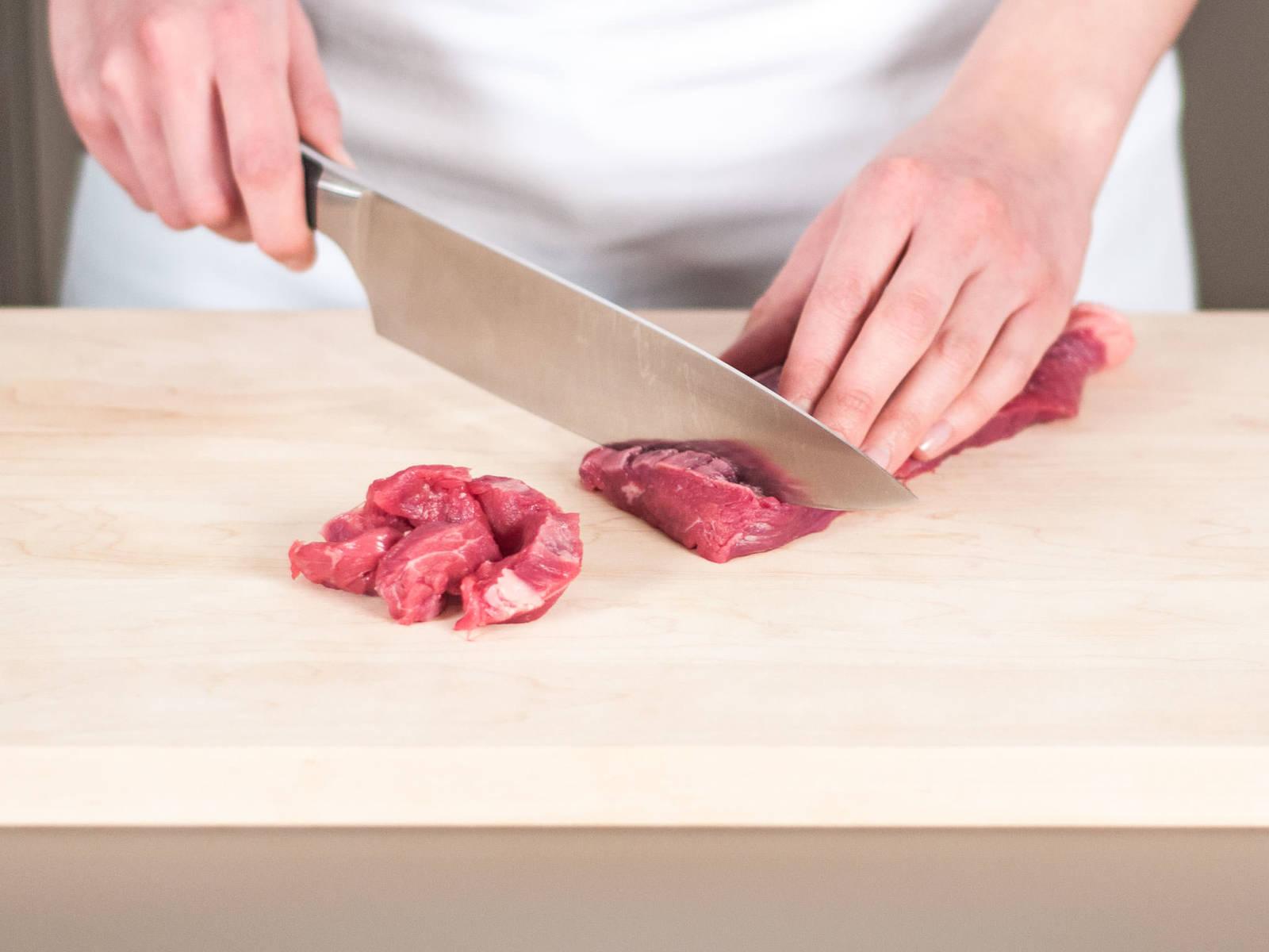 Rindfleisch in dünne Streifen schneiden, ca. 2 cm dick.