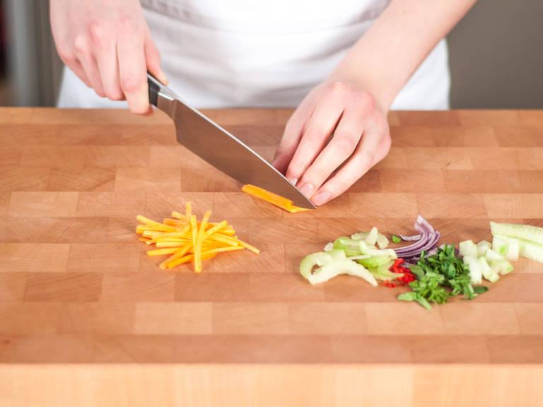 Gurke schälen, entkernen und in kleine Würfel schneiden. Chili entkernen und fein schneiden. Kräuter hacken. Staudensellerie in feine Scheiben schneiden. Zwiebel und Karotten in feine Streifen schneiden.