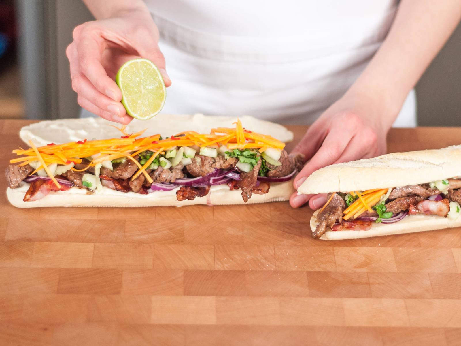 Baguette der Länge nach aufschneiden, hierbei aufpassen es nicht komplett durchzuschneiden. Ober- und Unterseite des Baguettes mit Mayonnaise bestreichen. Mit Speck, Rind, Gemüse und Kräutern belegen. Mit dem restlichen Koriander garnieren und mit Limettensaft beträufeln. Guten Appetit!