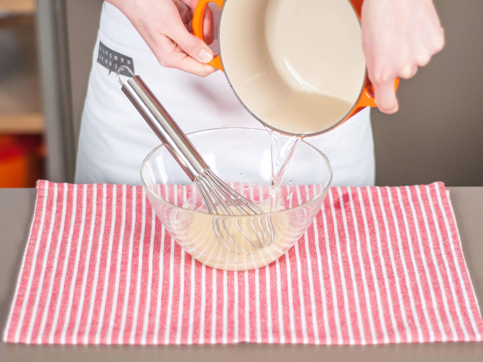 Eingeweichte Gelatine mit dem Wasser, in welcher sie sich befand und Zucker in einen kleinen Topf geben. Langsam bei mittlerer bis niedriger Hitze erwärmen, konstant umrühren bis sich die Gelatine komplett aufgelöst hat. Vorsicht, nicht überhitzen! Gelatine schnell zur weißen Schokolade geben. Gut umrühren um alles zu verbinden.