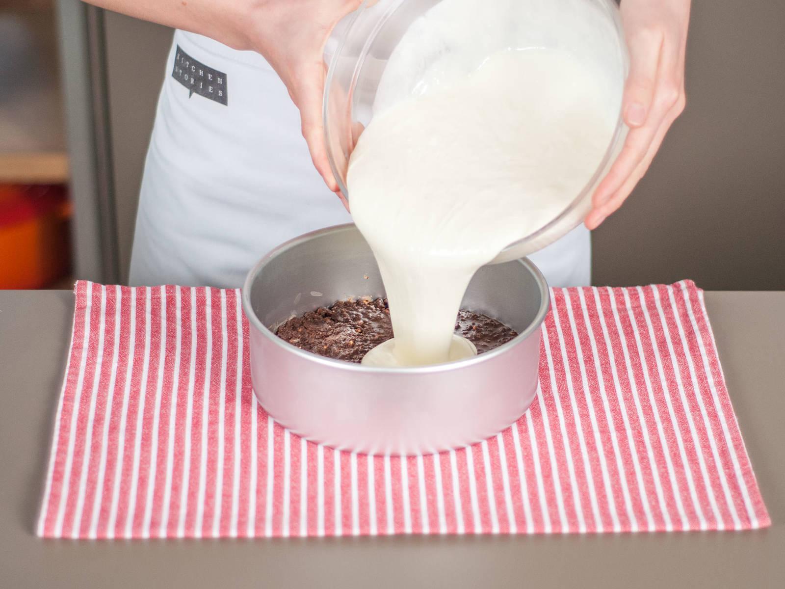Créme in eine runde Backform füllen. Leicht auf die Arbeitsfläche klopfen um Luftbläschen zu lösen. In den Kühlschrank stellen und für ca. 3 h fest werden lassen.