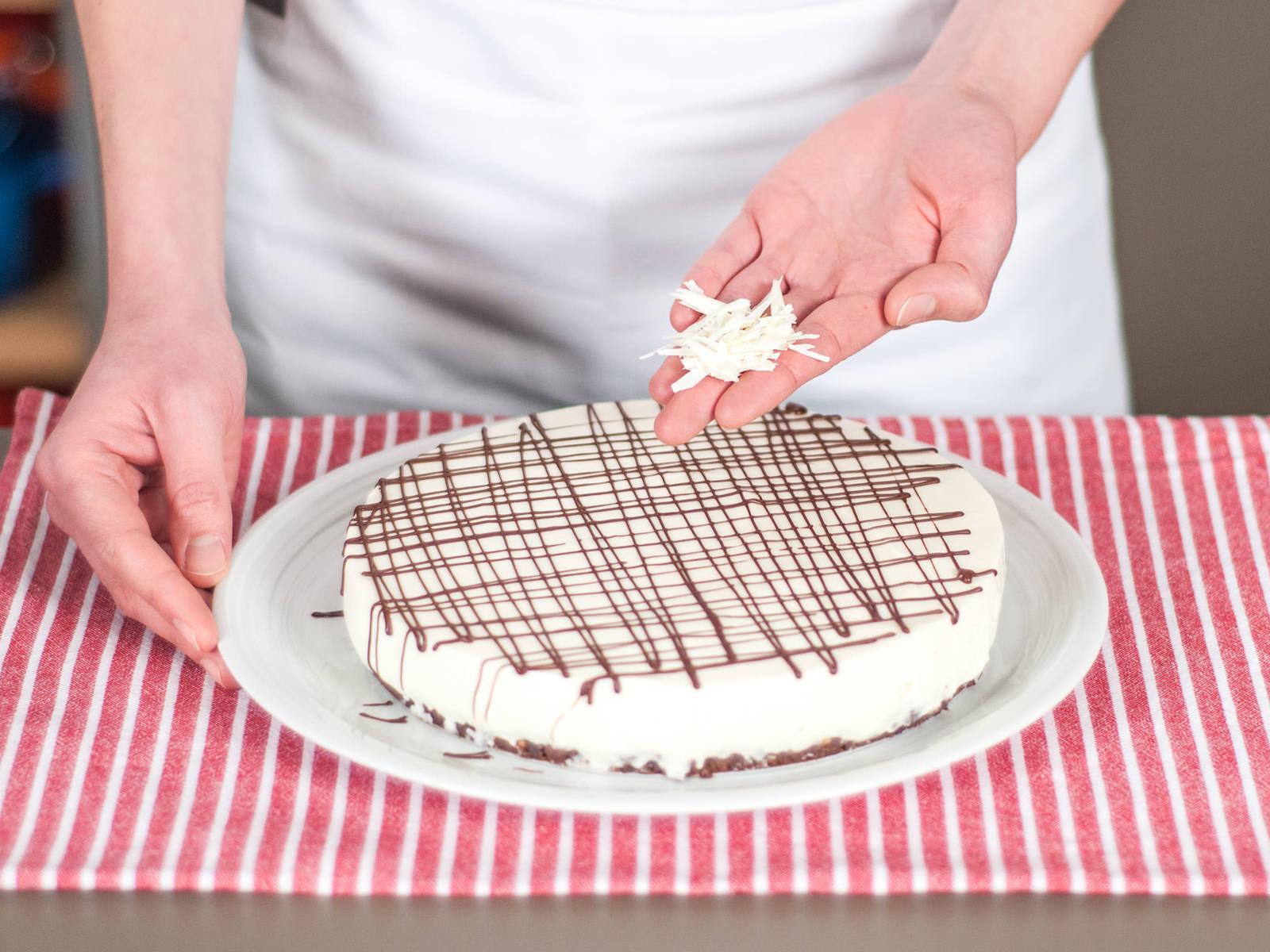 Vor dem Servieren, Kuchen mit geschmolzener Zartbitterschokolade und geraspelter weißer Schokolade dekorieren. Mit einer Tasse Kaffee oder Tee genießen!