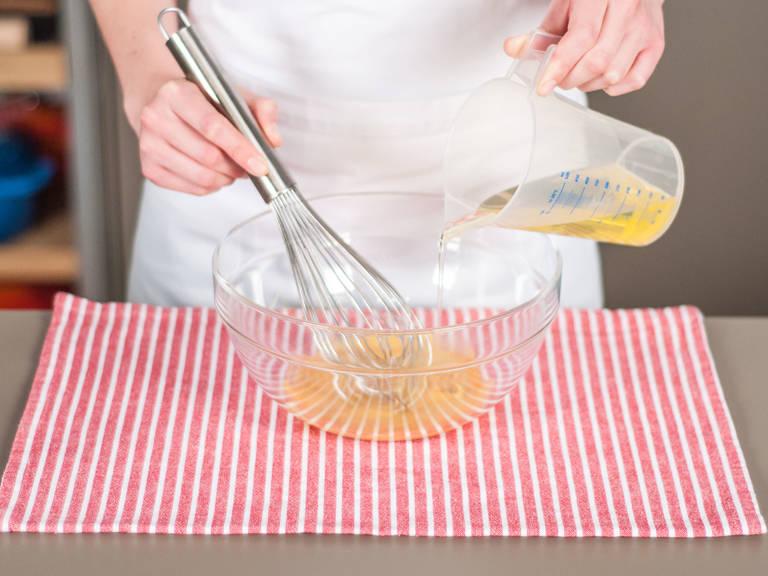 将蛋黄与一半芥末酱放入大碗中,搅打均匀。缓慢地注入植物油,同时继续搅打至类似蛋黄酱的稠度。
