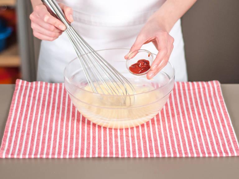 向碗中加入干邑白兰地、剩余的芥末酱、柠檬汁、盐、胡椒粉与番茄酱,搅拌均匀。鸡尾酒酱汁制作完成。