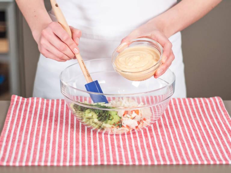 另取大碗,将菊苣、欧芹、芹菜、龙虾与鸡尾酒酱汁搅拌均匀,制成龙虾沙拉。加盐与胡椒粉调味。将热狗面包纵向切开,保持底部相连,填入龙虾沙拉,也可饰以欧芹。尽情享用吧!