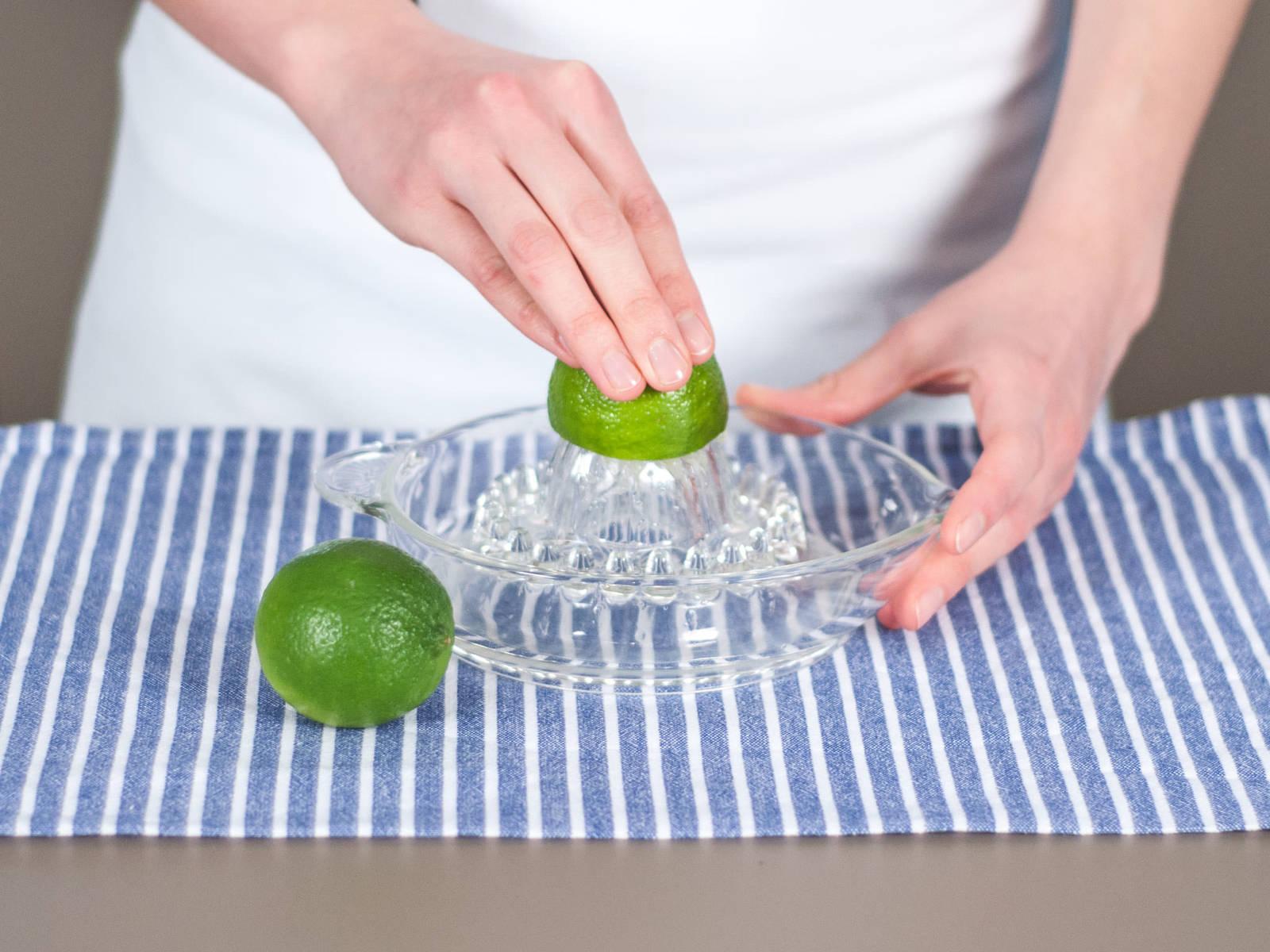 将剩余的酸橙和擦过皮碎的酸橙对半切开,并榨汁备用。