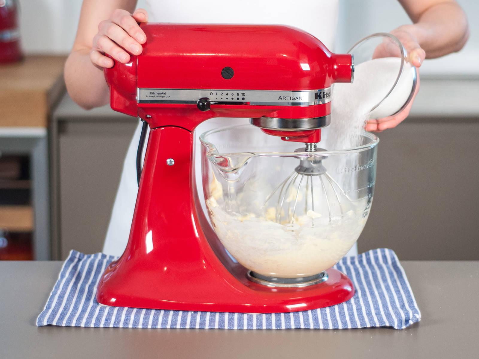 预热烤箱至180摄氏度。将黄油放入立式搅拌机中搅拌至柔滑,加入糖后继续搅拌均匀。