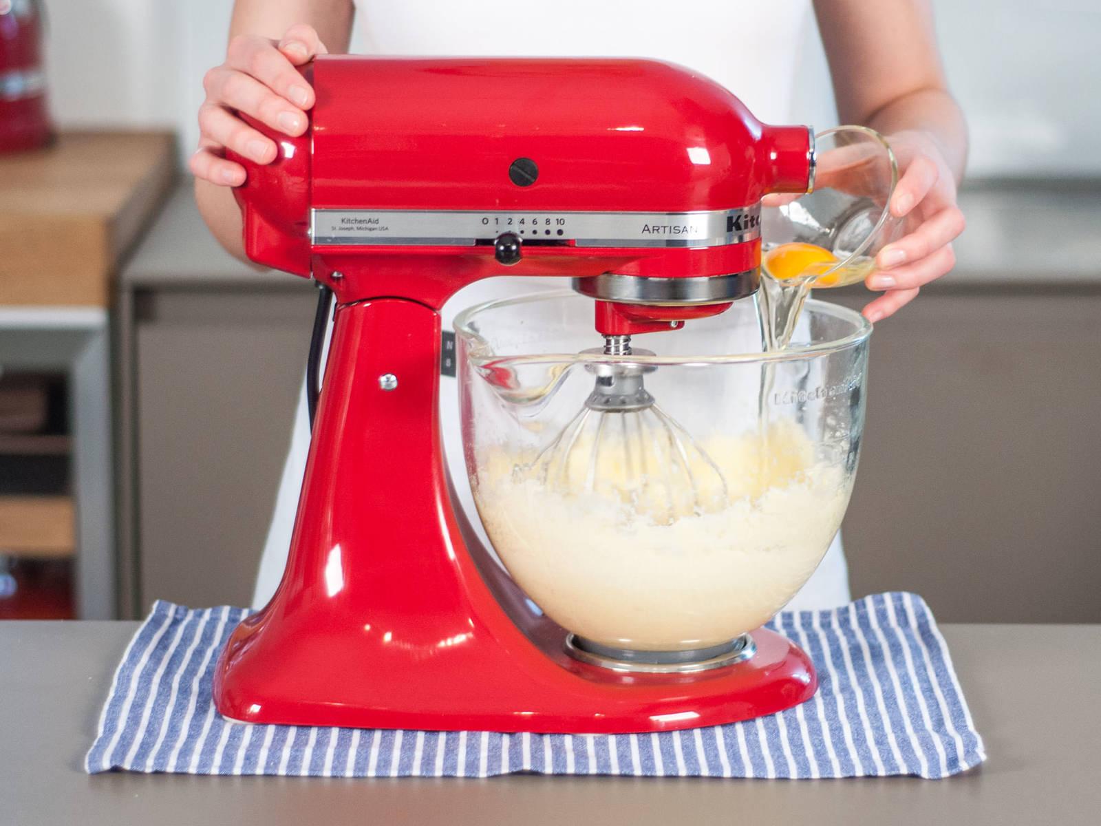 加入五分之三的酸橙汁,并将剩余的酸橙汁用于制作糖霜。分次加入鸡蛋,每加入一个后搅打均匀。