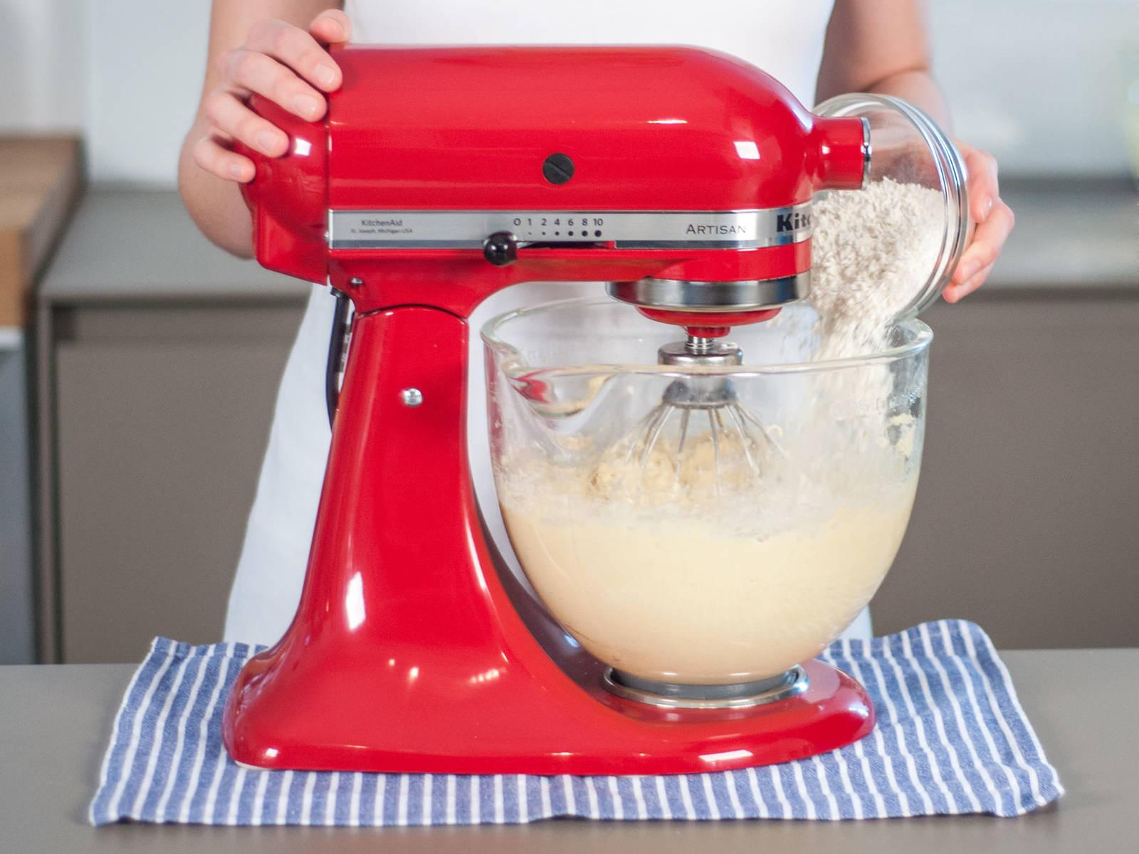 逐步加入面粉混合物并搅拌均匀。