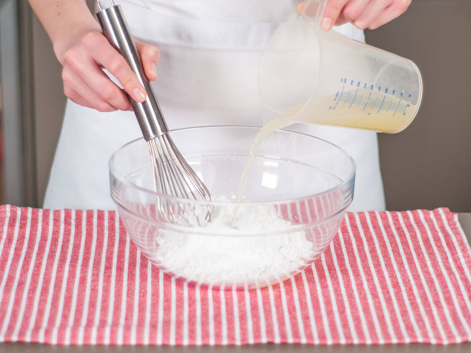 同时,将糖粉和剩余酸橙汁搅拌均匀,制成糖霜。