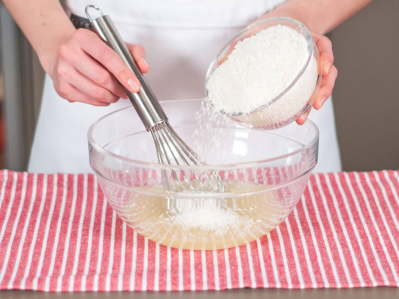 加入剩余的椰蓉并搅拌均匀。在蛋糕上涂上椰蓉糖霜作为爽口的夏日甜品享用吧!