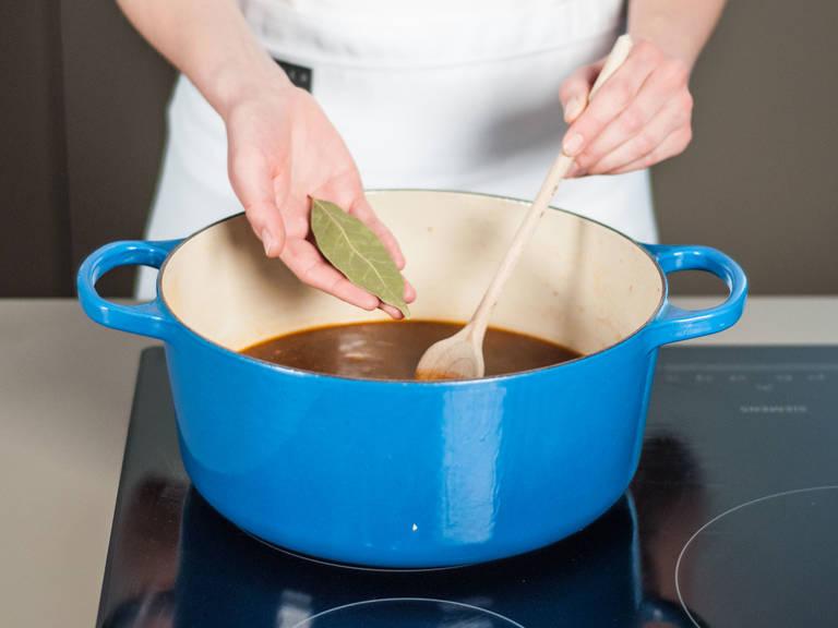 Mit Salz und Pfeffer würzen und Wasser aufgießen. Lorbeerblatt hinzugeben und alles ca. 25 – 30 Min. köcheln lassen.