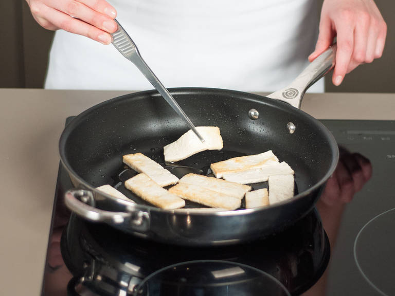 Using a grease-free pan, toast nuts over medium-low heat for approx. 3 – 5  min. until fragrant. In a frying pan, sauté tofu in some vegetable oil over medium-high heat for approx. 2 – 3 min. per side or until golden brown. Season with salt and pepper.