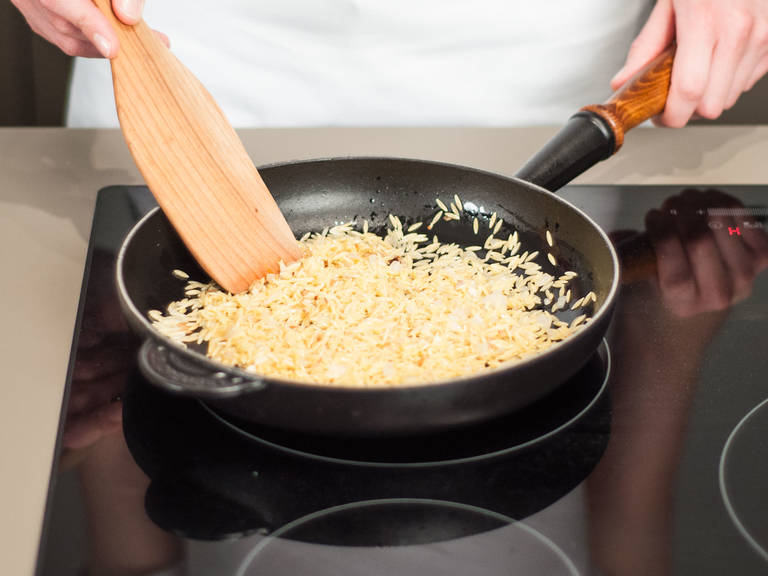 In a frying pan, sauté garlic and orzo in some vegetable oil over medium heat for approx. 3 – 5 min. Season with salt and pepper.