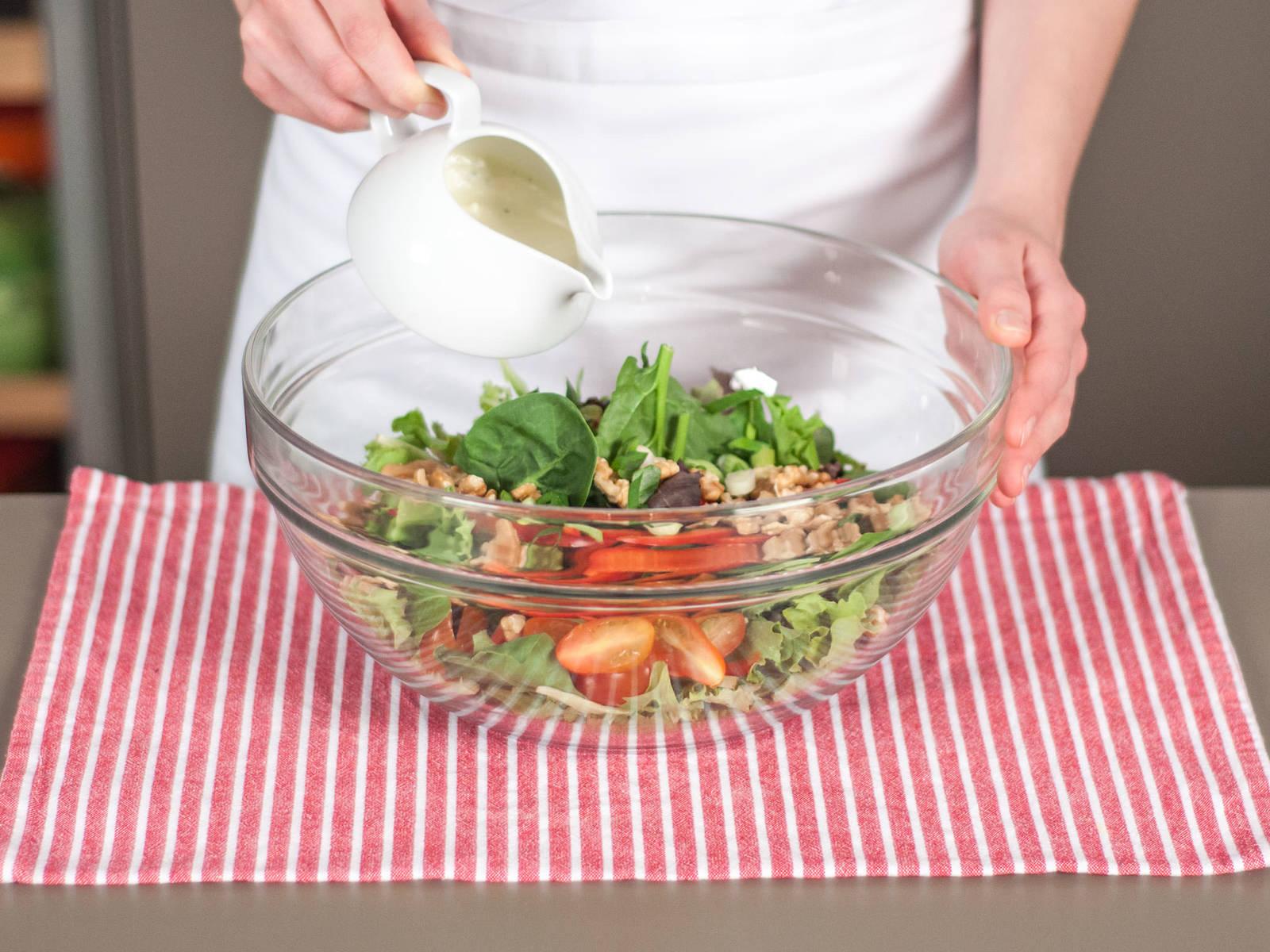 Salat waschen und trocknen. Alle Zutaten vermengen. Etwas Dressing hinzugeben und gut vermischen. Probieren und bei Bedarf mehr Dressing hinzugeben. Genießen!