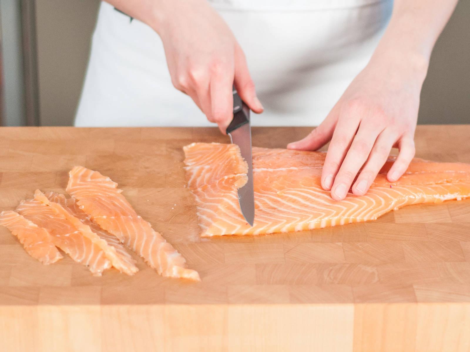 Lachsfilet entweder in feine Würfel oder dünne Scheiben schneiden.