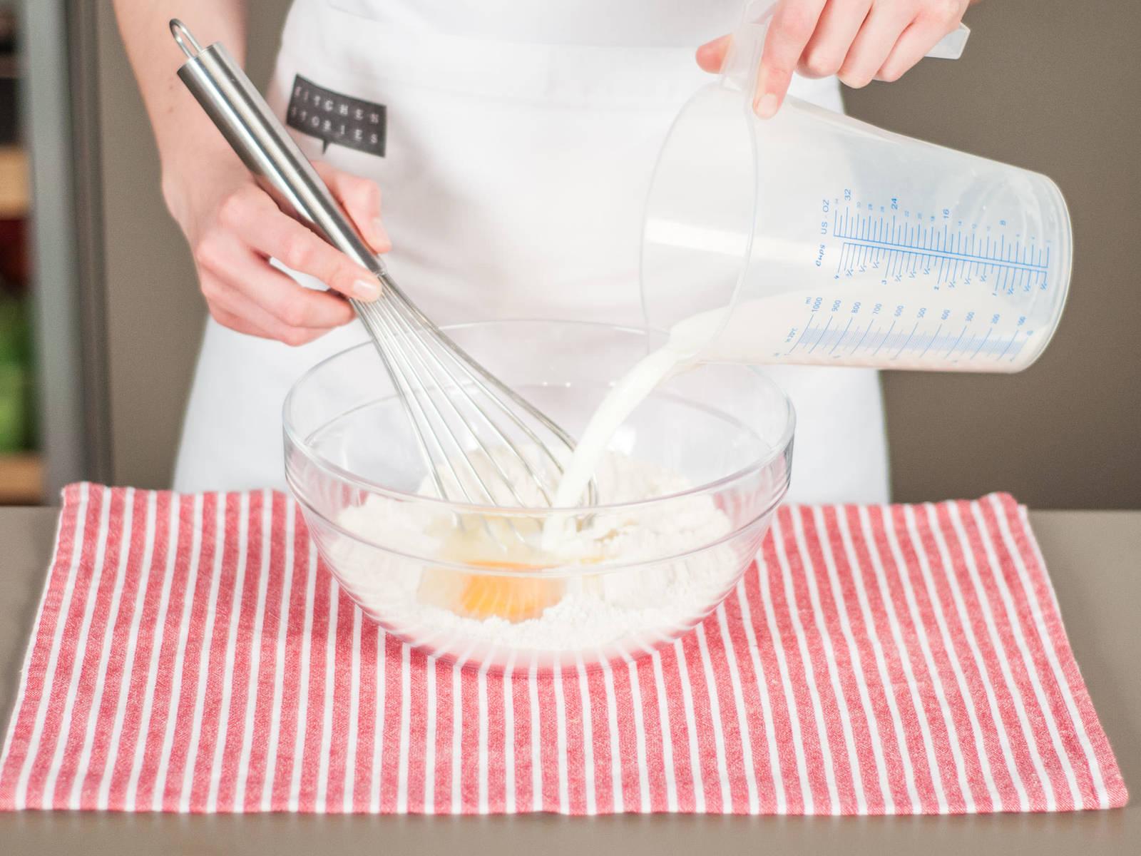 Etwas geschmolzene Butter, Ei und Milch zur Mehlmischung geben. Zu einem dickflüssigen Teig verarbeiten. Beiseitestellen.