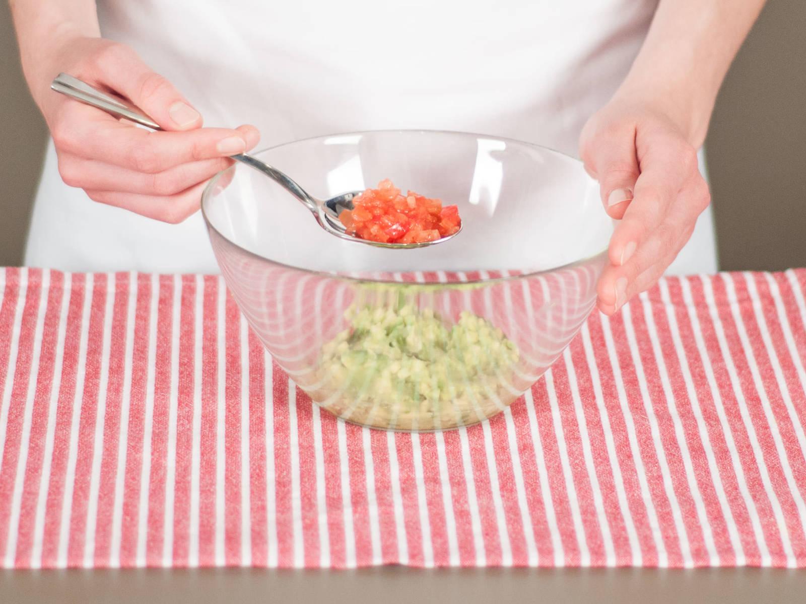 然后加入番茄丁,混合均匀后即可。静置一旁备用。