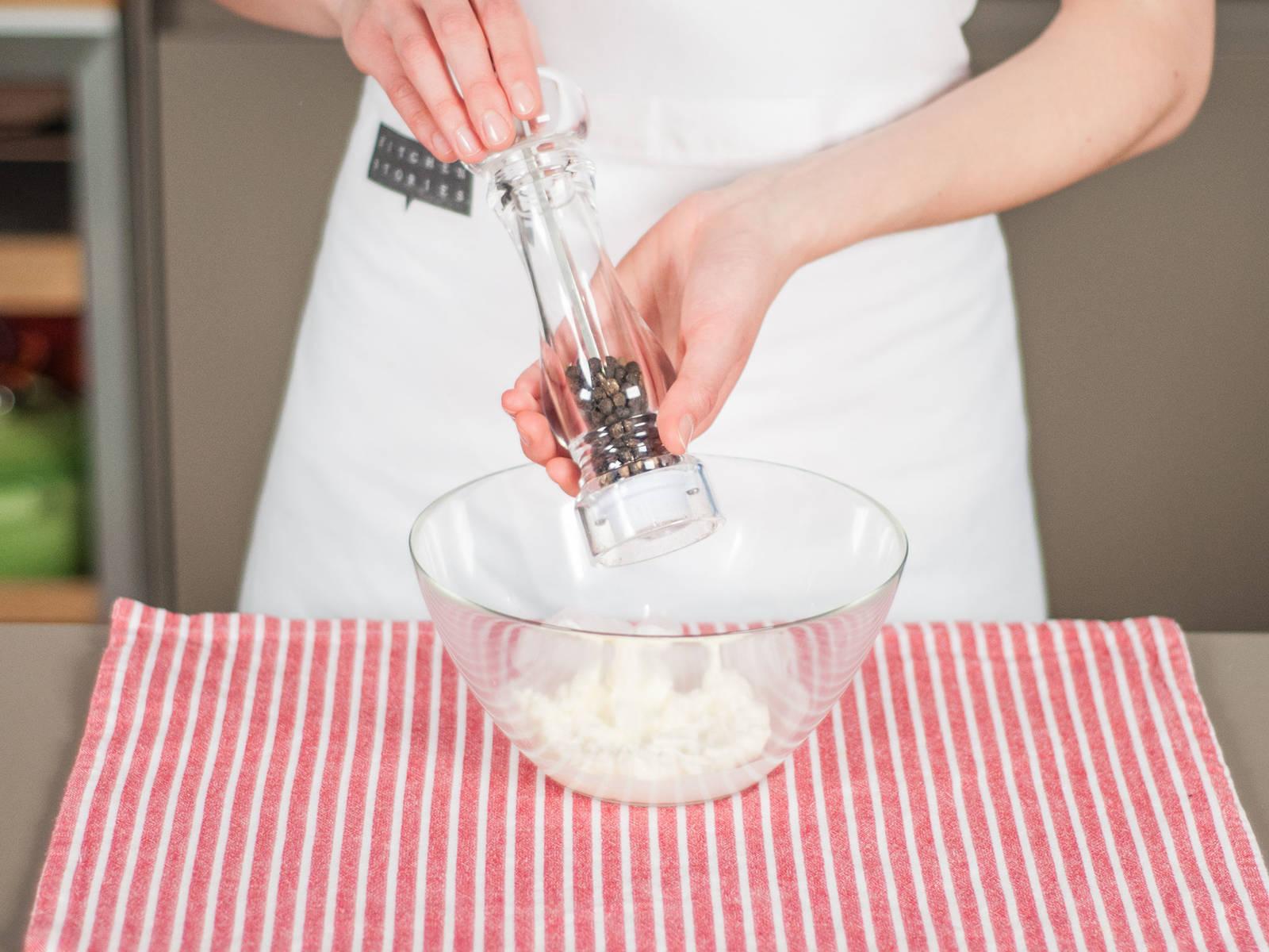 Für das Frischkäse-Topping Frischkäse, Dill und restlichen Zitronensaft glatt rühren. Mit Salz und Pfeffer abschmecken. Beiseitestellen.