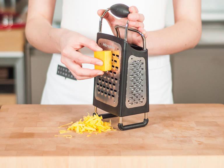 Backofen auf 180°C vorheizen. Käse mit Vierkantreibe grob reiben.