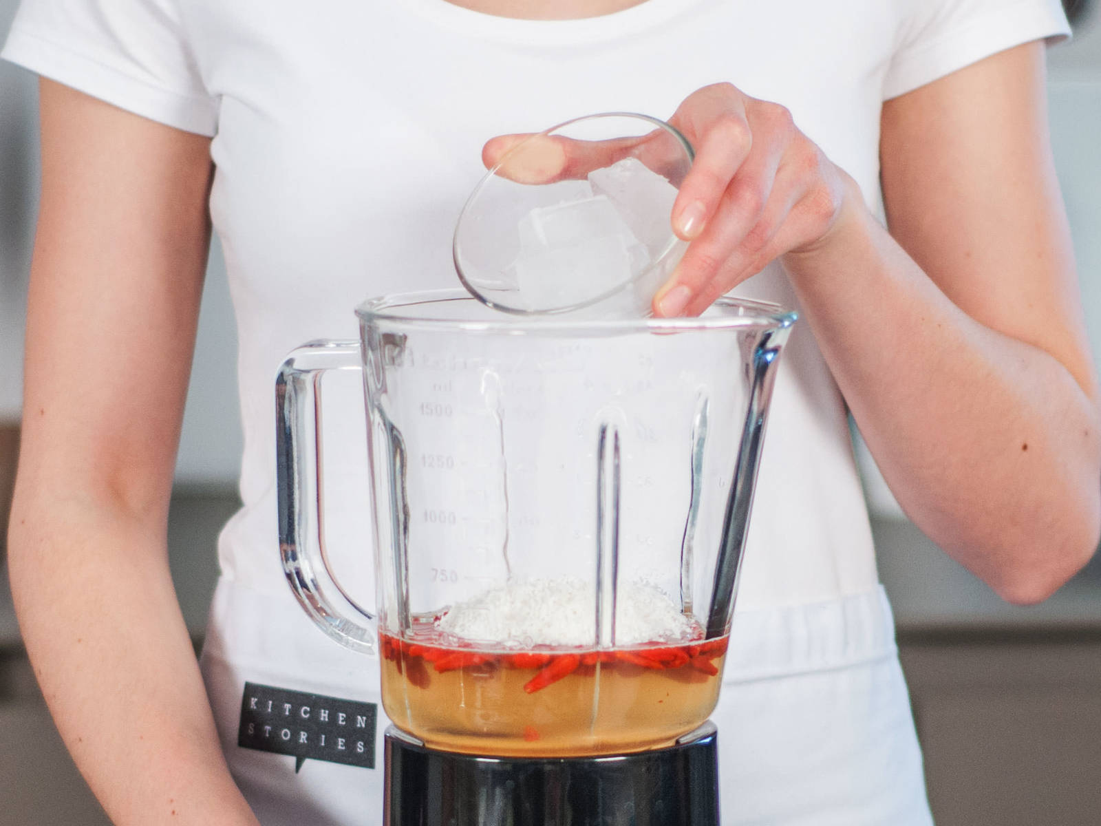 Kokoswasser, eingeweichte Beeren, Kokosflocken und Eiswürfel in den Standmixer geben. Alles ca. 1 – 2 Min. glatt pürieren.
