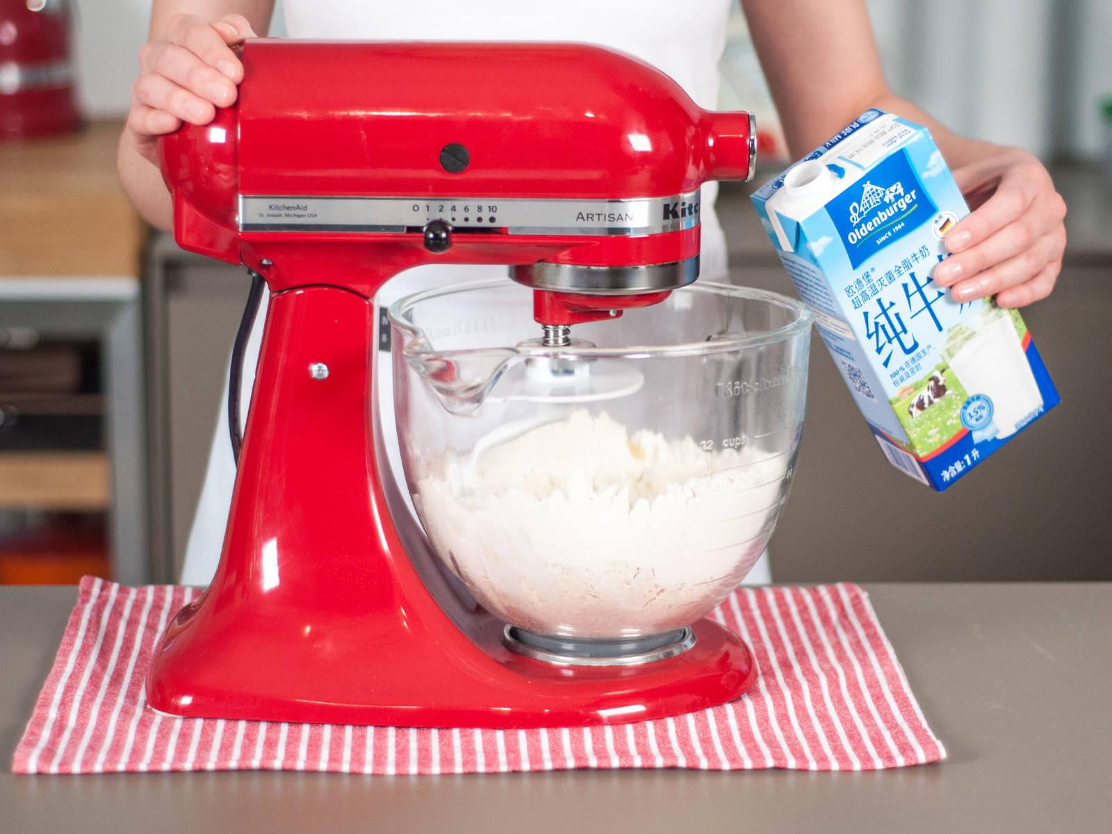 用立式搅拌机混合面粉、盐与植物油,并缓缓拌入牛奶。取出面团后继续用手揉,直至面团光滑有弹性。包上保鲜膜,放入冰箱冷藏30-40分钟。