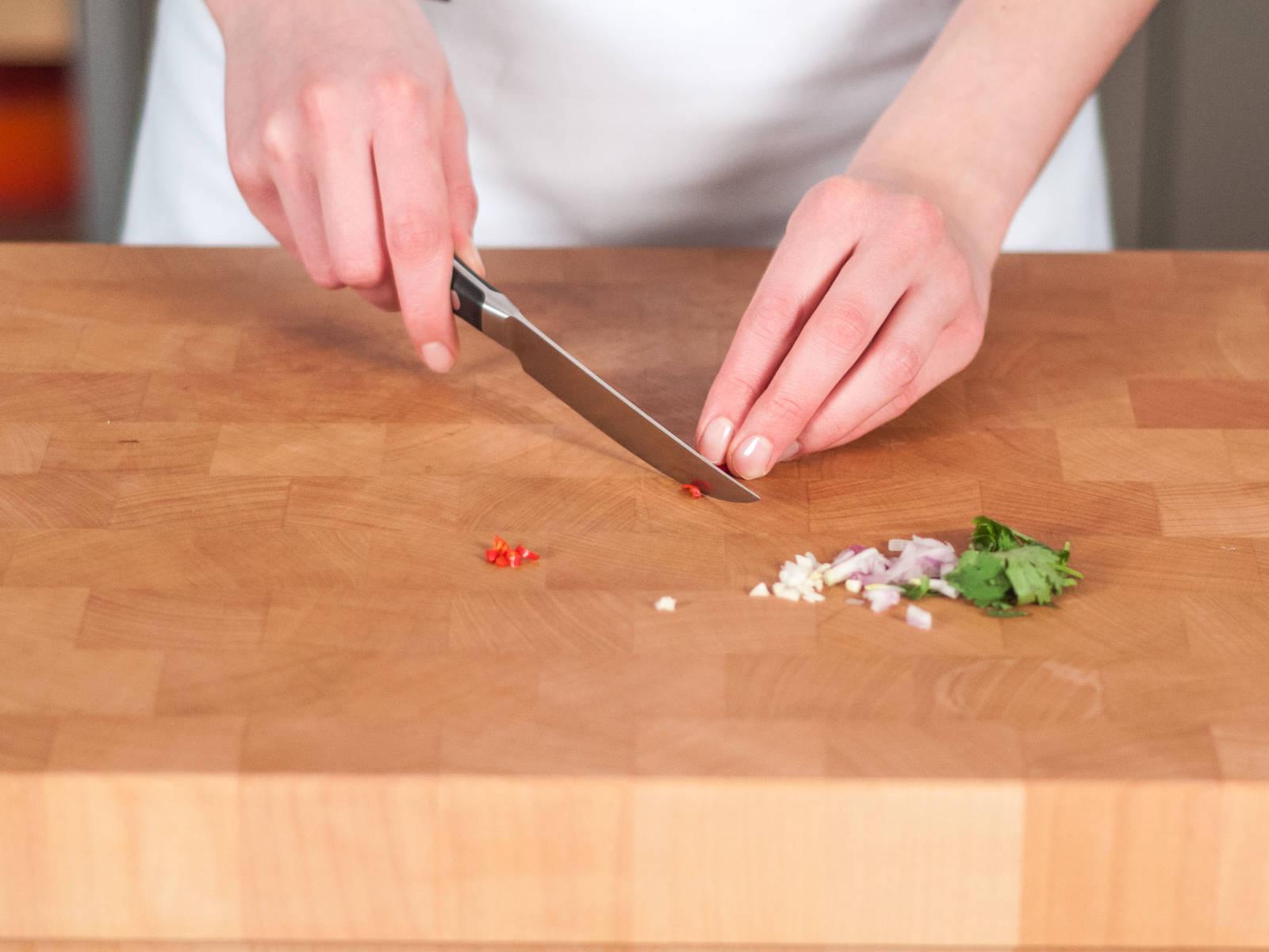 将洋葱、蒜和香菜切碎,辣椒切丝。
