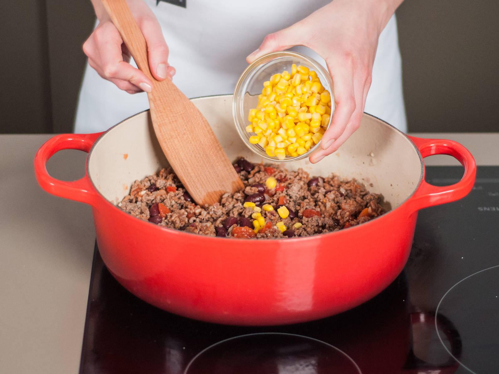 然后加入番茄、芸豆与甜玉米。用盐、胡椒粉与孜然调味后继续煸炒3-4分钟。