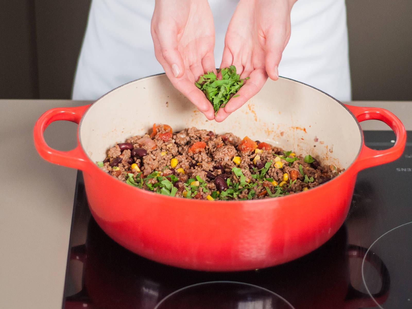 停止加热,加入切好的香菜,搅拌均匀后备用。